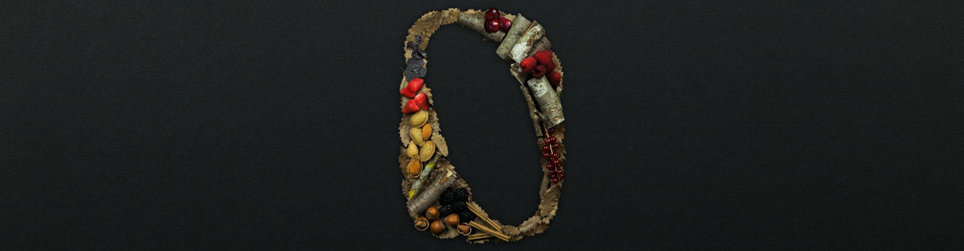 Bodegas Ondalán. Letra O del logotipo construida con maderas y frutas